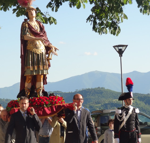 S. Crescentino's procession enters the city